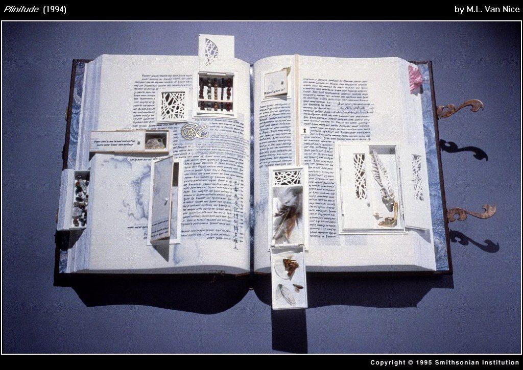 (Plinitude (1994), o carte de artist semnată de M.L. Van Nice. Fotografie de Smithsonian Institution.)