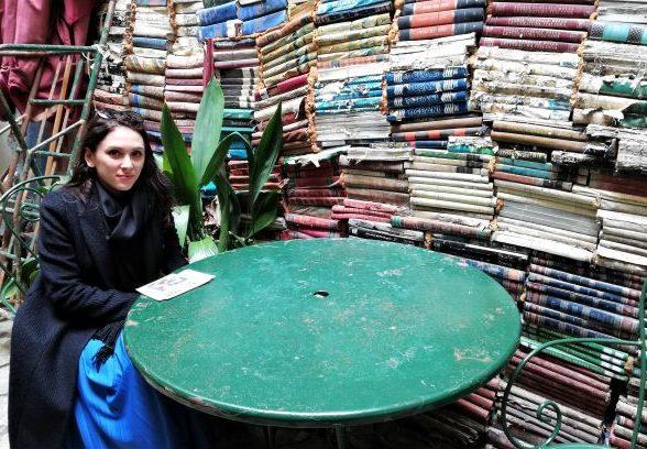 tangibilitatea cărții care rămâne, bucuria unui joc de cuvinte nimerit și în română