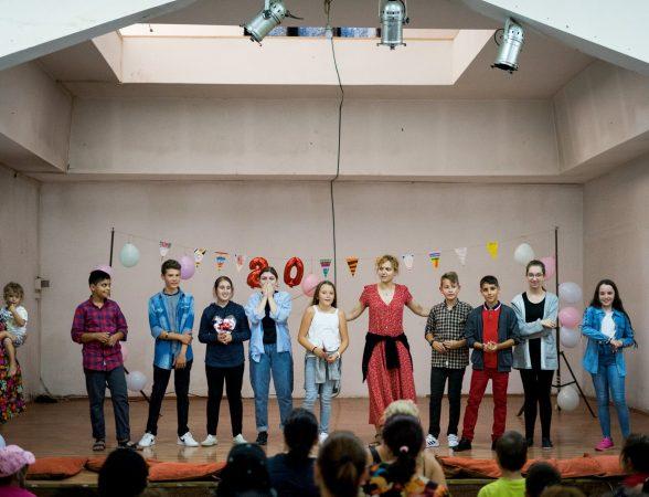 Despre teatru, adolescenți și proiecte educaționale la Telciu. Un interviu cu Mihaela Michailov și Katia Pascariu